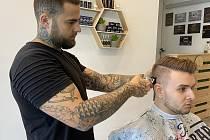 Marian Tichý provozuje v Karviné společně se svou partnerkou Marcelou Kindlovou barbershop.