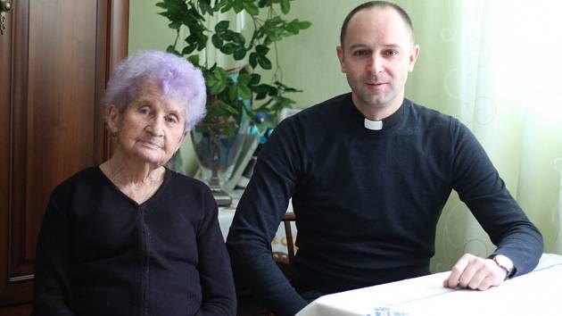 Kostelnice Věra Moravčíková a farář Roland Manowski.