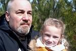 Dnes chodí na procházky se svou vnučkou Melánií.