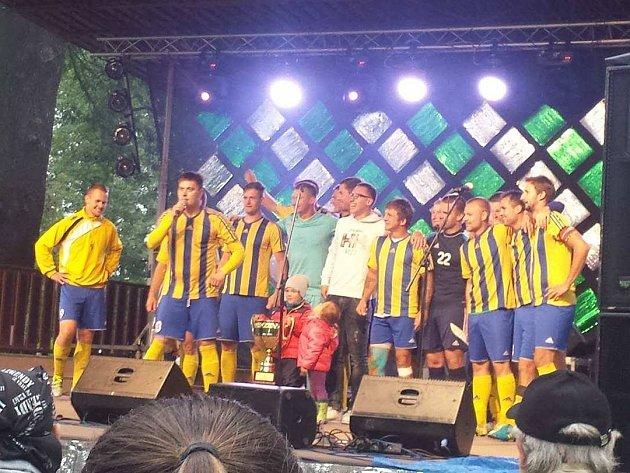 Fotbalisté Bohumína dostali pohár za vítězství v kraji a v přilehlém parku slavili s fanoušky.