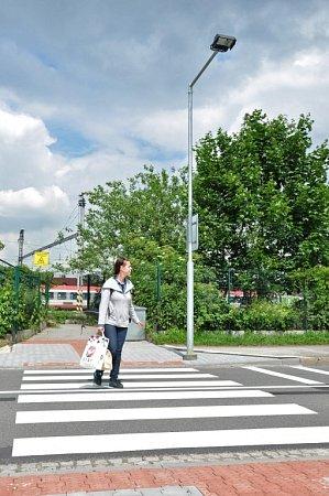 Přechod vybavený osvětlením ke zvýšení bezpečnosti chodců.