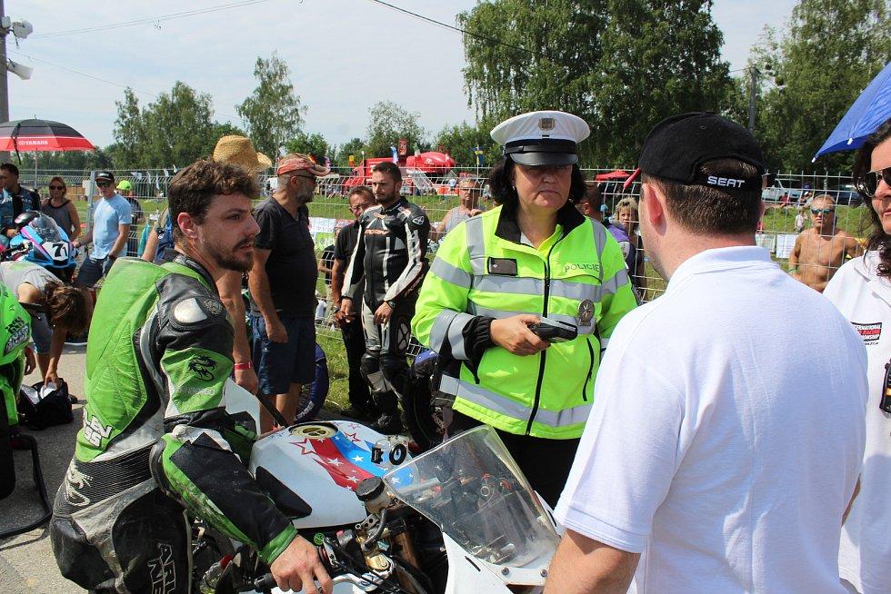 Mezinárodní motocyklové závody Havířovský zlatý kahanec 2018. Dechová zkouška u závodníka ukázala 0,45 promile.