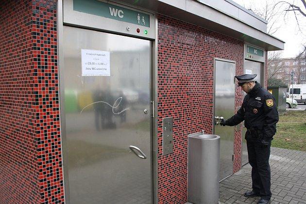 Veřejné toalety musí být vnoci uzamčeny. Bezdomovci si znich dělali noclehárnu.