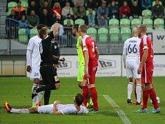 Brněnský gólman Dušan Melichárek dostal v zápase s Karvinou červenou kartu.