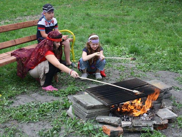 Letošní Léto-kruhy v Bohumíně patřily starým Slovanům. Děti se ve tvůrčí dílně učili o jejich zvycích, vyráběly si náramky, prstýnky, nebo si samy pekly chleba.