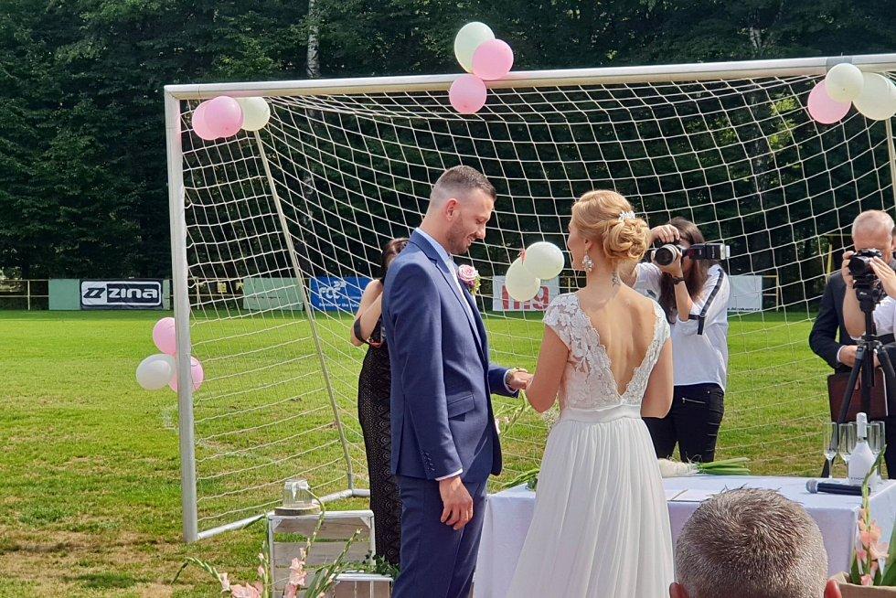 Nikola Skudříková a Lukáš Rac si řekli své ANO přímo na fotbalovém hřišti.