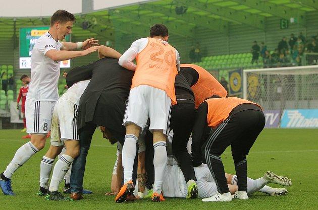 Karvinští fotbalisté (vbílém) dokázali vsobotu přehrát Zlín 2:0.
