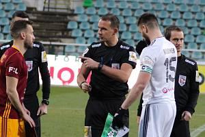 Arbitr Pavel Julínek (uprostřed).