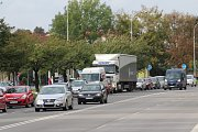 V Karviné se kvůli uzavírce a opravě ulice Ciolkovského tvoří zejména ve špičkách mezi kruhovým objezdem u Teska a křižovatkou u nemocnice dlouhé kolony.