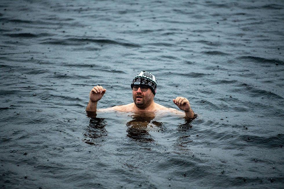 Otužilci v Karvinském moři. 24. prosince 2020 v Karviné.