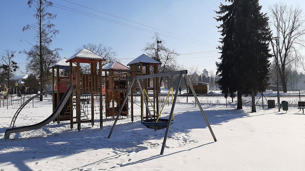 Hornická obec Stonava před 30 lety doslova vstala z popela. Dnes má necelých 2000 obyvatel a velmi dobrou infrastrukturu.  Dětské hřiště v centru obce.