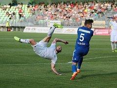 Peter Štepanovský v akrobatické pozici střílí na bránu soupeře. Padne dnes do liberecké sítě nějaký gól?