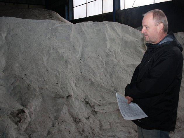 Vedoucí střediska zimní údržby Kamil Padisák stojí před tunami soli.