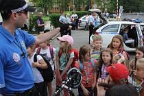 Děti navštívily strážníky, policisty, zdravotníky a hasiče.