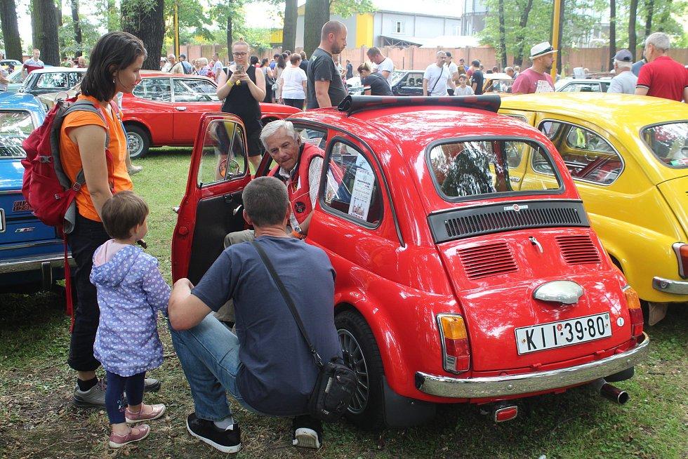 Do Bohumína se 3. srpna 2019 sjelo na 122 historických vozů na setkání řidičů starých aut a motocyklů, které pořádal Veteran car club Ostrava.