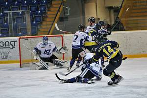 Hokejisté Havířova (v bílém) nezvládli utkání v Ústí a play off si definitivně nezahrají.
