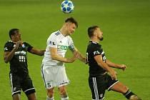 Pavel Dreksa (v bílém) absolvoval od zranění achilovky dva zápasy. Proti Baníku celý, v Olomouci střídal.
