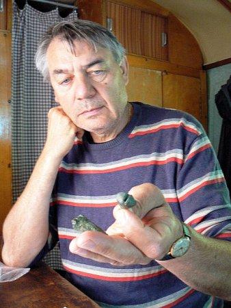 Archeolog Pavel Kouřil ukazuje na rolničku a miniaturku sekerky, které patří kunikátním letošním nálezům.