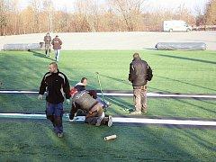 Pokládání umělého povrchu na novém hřišti v havířovském Městském fotbalovém areálu.