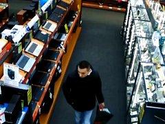 Muž na snímku z videozáznamu.