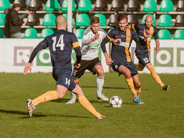 Karvinští fotbalisté (v bílém) porazili doma Opavu 1:0.