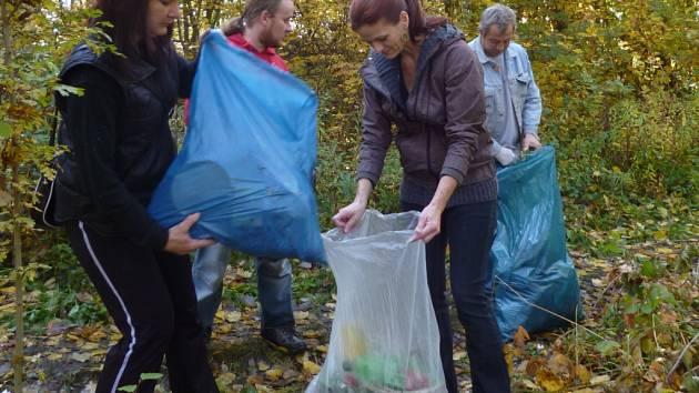 Dobrovolníci nasbírali celkem deset plných pytlů odpadků.