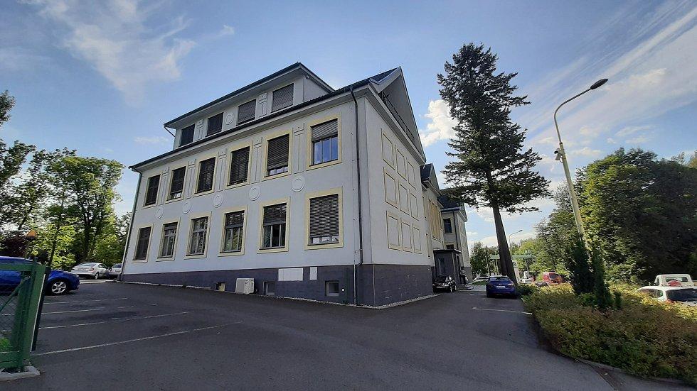 Prostřední Suchá. Objekty v původní části obce slouží dnes převážně firmám a podnikatelům.