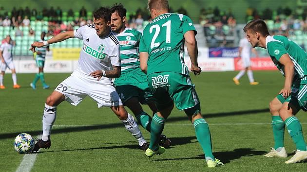 Vukadin Vukadinović (vlevo) v Karviné gól nedal a končí.