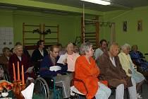 Pacienti orlovské LDN si zazpívali koledy spolu s operním pěvcem.