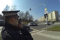 Strážník při kontrole světelné křižovatky Národní a Dlouhé třídy v centru Havířova.