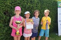Zleva nejúspěšnější malí tenisté: Elen Řeřuchová, Denisa Klačková, Richard Holeš a Jiří Lukeš.