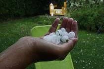 Kroupy o velikosti do 3 centimetrů padaly v Bohumíně.