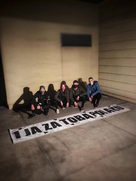 Českotěšínská kapela Izabel nazpívala a natočila klip kpísni, kterým vyjadřuje smutek zuzavření česko-polské hranice.