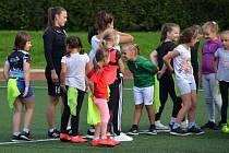 Na úvodní trénink dorazila dvacítka malých zájemkyň o fotbal.