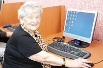 U počítače. Senioři si oblíbili počítačové kurzy.