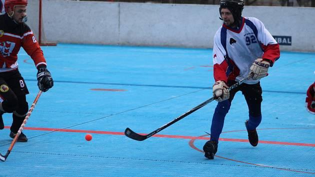 Poslední kolo roku má o víkendu na programu hokejbalová extraliga. Karviná hostí Letohrad.