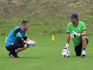 Martin Berkovec (vlevo) na tréninku s trenérem gólmanů Branislavem Rzeszotem.