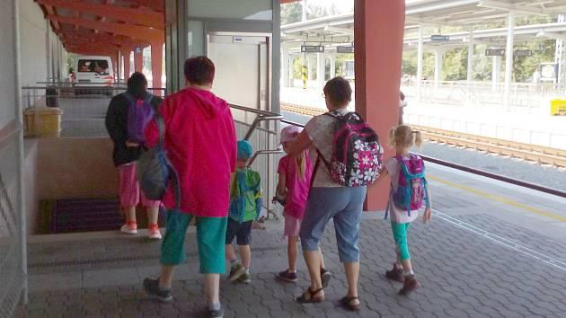 Je karvinské hlavní vlakové nádraží opravdu špinavé? Na nečistoty si stěžovali někteří cestující na sociálních sítích i někteří sami čtenáři Deníku.