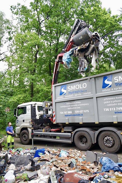 Z Lazeckého lesa, který spravují Lesy ČR, odvezli 20 tun odpadu.