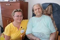 Paní Marie Konkolová (vpravo), která žije v orlovském domově seniorů Vesna, oslavila v minulých dnech 101. narozeniny