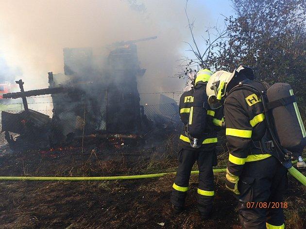 Dvě chatky hořely vúterý odpoledne vkarvinském Starém Městě. Na místě zasahovaly tři jednotky hasičů.