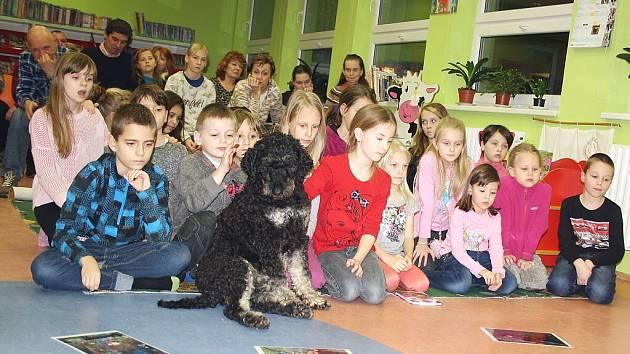 Šaryk s dětmi při prohlížení fotek zanedbaných a týraných psů, kteří byli zachráněni ochránci zvířat.
