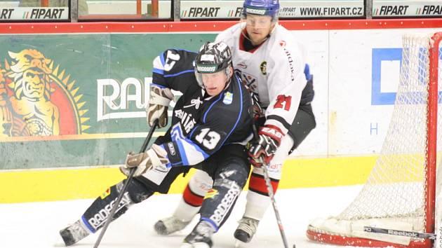 Havířovští hokejisté (černé dresy) v druholigovém derby s Frýdkem-Místkem nezaváhali.