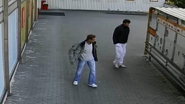 Poznáte muže na videozáznamu?