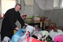 Dětmarovický farář Marcel Puvák u darovaných věcí pro bazar na místní varhany. Pořadatele sbírky nyní čeká jejich velké třídění.