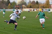 Fotbalisté Dětmarovic (v bílém) prohráli doma s Čeladnou 0:3.