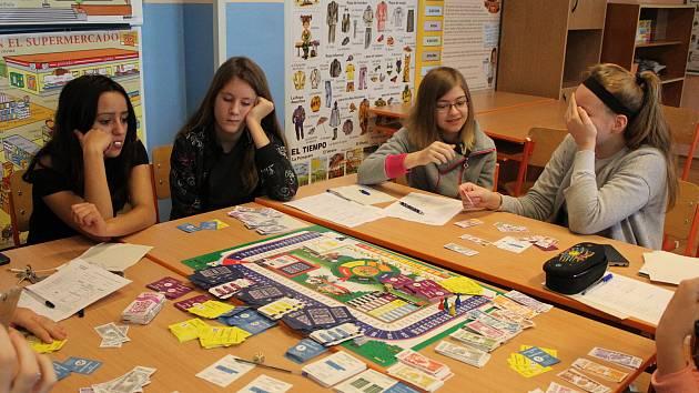 V rámci finanční hry žáci nakládají s naspořenými penězi, uzavírají fiktivní pojištění či nakupují akcie.