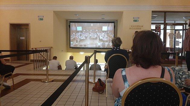 Na pondělní zasedání havířovských zastupitelů přišlo mnoho obyvatel města. Protože nemohli do sálu, sledovali jednání na velké televizi vpřízemí Kulturního domu Radost.