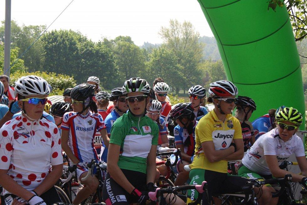 Cyklistky čekají na startu na úder dvanácté hodiny.