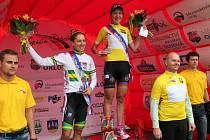 Vítězka Gracie 2016 Olena Pavluchina z Ázerbájdžánu ve žlutém dresu, vlevo celkově druhá Australanka Shara Gillow.